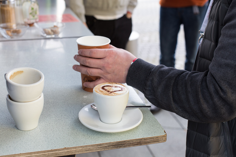 Das Team vom Cafe-Roller serviert ganz liebevoll ...