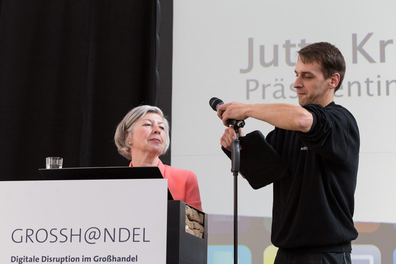 Ein Techniker unterstützt die IHK-Präsidentin Jutta Kruft-Lohrengel